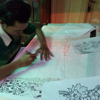 Pembuatan motif awal batik